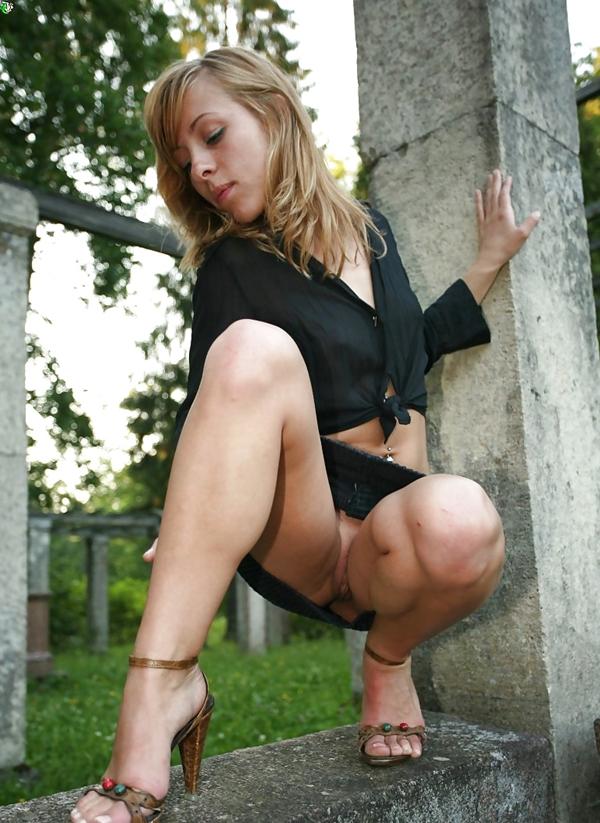 порно фото девушки в трусиках на корточках № 4526