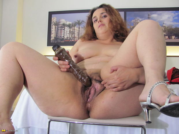 Mature amateur cougar natural tits masturbates